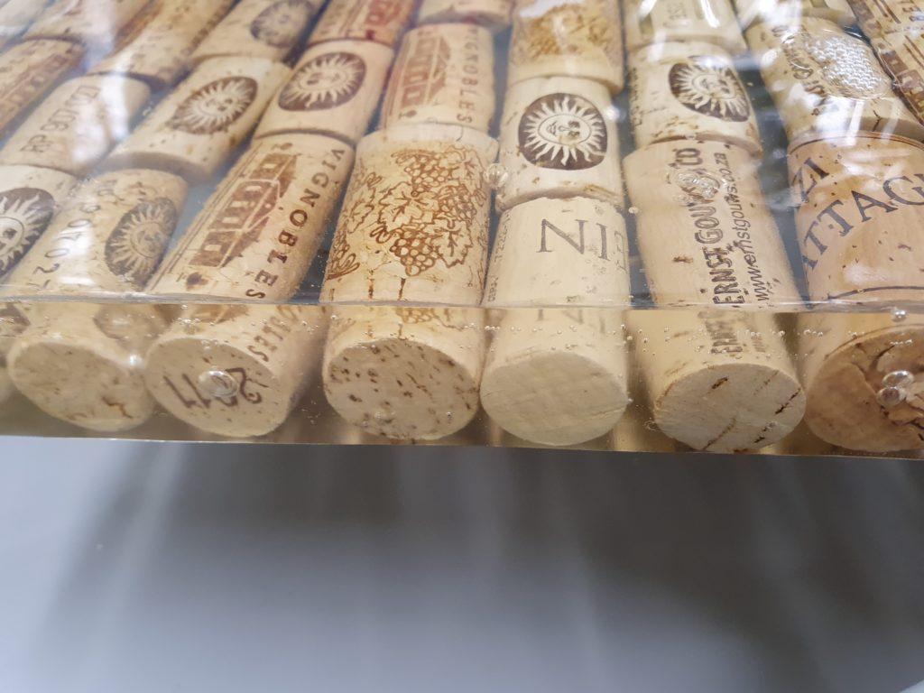 Epoxy tafel met wijnkurken epoxyworkshop antoynette anema