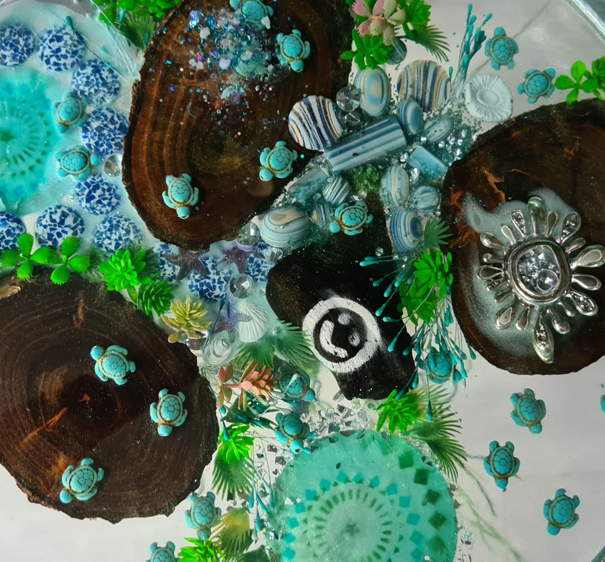 Epoxy tafel rond met schildpadden detail epoxyworkshop antoynette anema