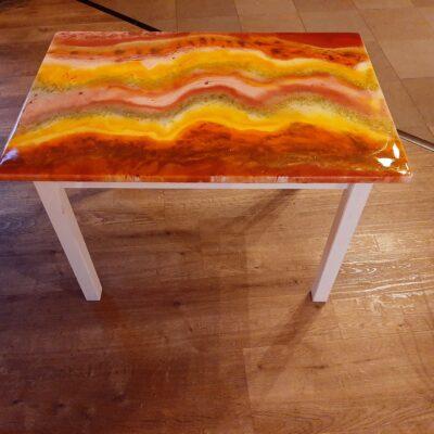 gebruikt tafeltje met epoxy laag epoxyworkshop.nl