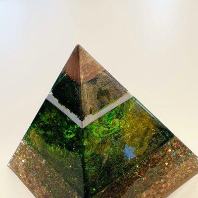 piramide orgonite edelstenen groen goud