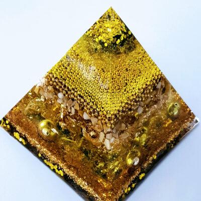 Piramide Orgonite geel bergkristal epoxyworkshop