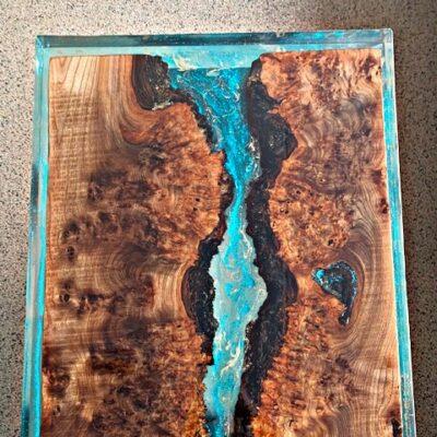 Epoxytafel epoxymeubel notenhout epoxy blauw goud epoxyworkshop.nl antoynette anema 1